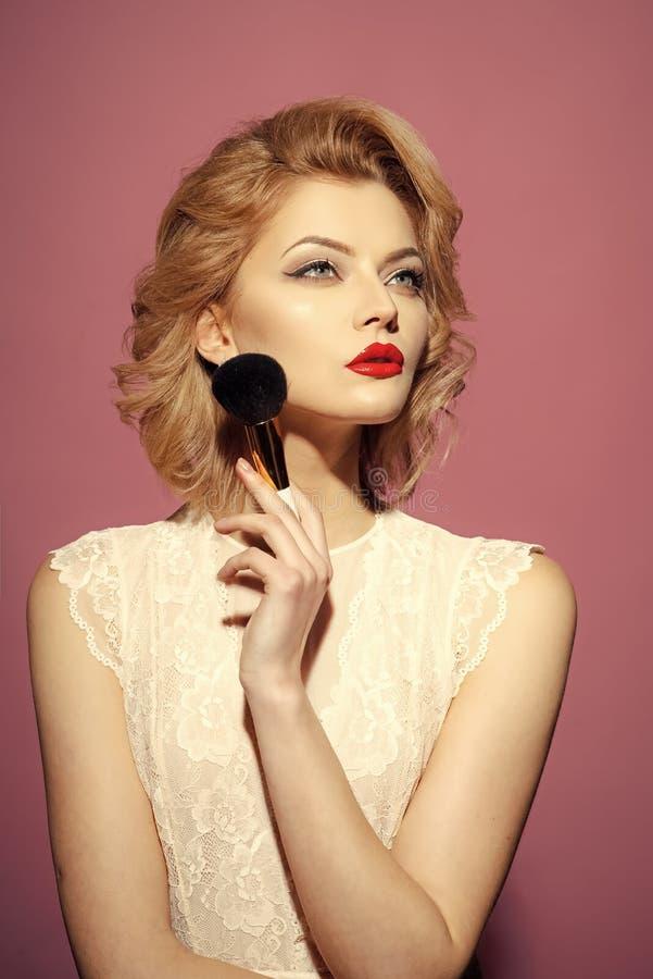 Θηλυκό πρόσωπο Ζητήματα που έχουν επιπτώσεις στα κορίτσια γυναίκα με τα εξαρτήματα makeup για τη σκόνη στοκ φωτογραφία