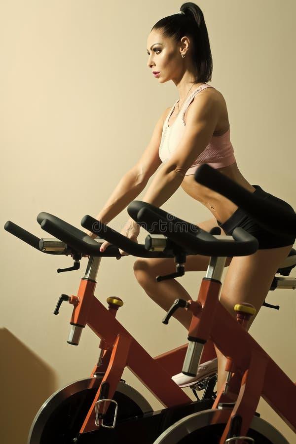 Θηλυκό πρόσωπο Ζητήματα που έχουν επιπτώσεις στα κορίτσια Γυναίκα στο ποδήλατο στοκ εικόνες