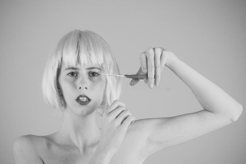 Θηλυκό πρόσωπο Ζητήματα που έχουν επιπτώσεις στα κορίτσια Γυναίκα στην περούκα στο ρόδινο υπόβαθρο στοκ φωτογραφία