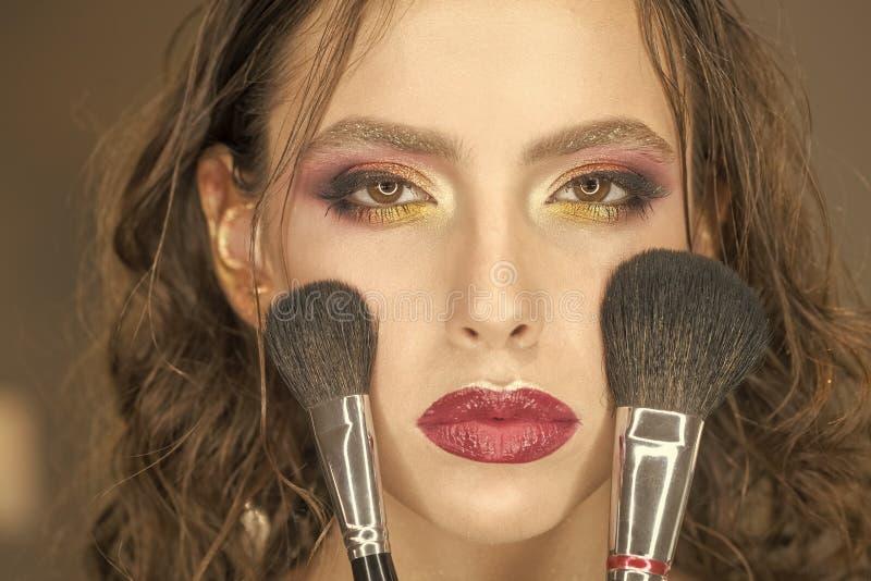 Θηλυκό πρόσωπο Ζητήματα που έχουν επιπτώσεις στα κορίτσια Γυναίκα ομορφιάς με τις βούρτσες makeup, visage Το πρότυπο ομορφιάς εφα στοκ φωτογραφία με δικαίωμα ελεύθερης χρήσης