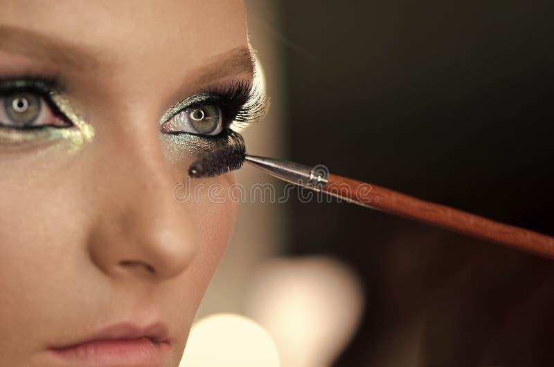 Θηλυκό πρόσωπο Ζητήματα που έχουν επιπτώσεις στα κορίτσια Πρόσωπο και makeup βούρτσα γυναικών που εφαρμόζουν mascara makeup στα μ στοκ φωτογραφία
