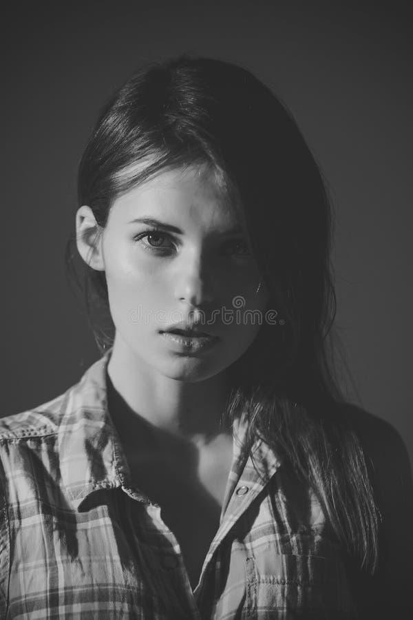 Θηλυκό πρόσωπο Ζητήματα που έχουν επιπτώσεις στα κορίτσια Κορίτσι χωρίς το makeup στο πρόσωπο και τη μακροχρόνια τρίχα brunette στοκ φωτογραφία με δικαίωμα ελεύθερης χρήσης