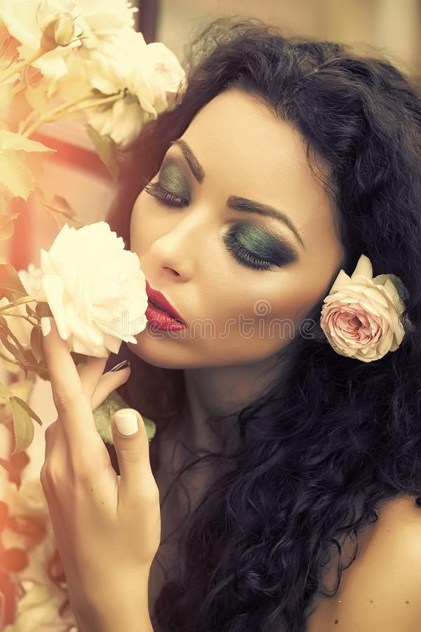 Θηλυκό πρόσωπο Ζητήματα που έχουν επιπτώσεις στα κορίτσια Πορτρέτο της ελκυστικής γυναίκας με το λουλούδι στην τρίχα στοκ φωτογραφία με δικαίωμα ελεύθερης χρήσης