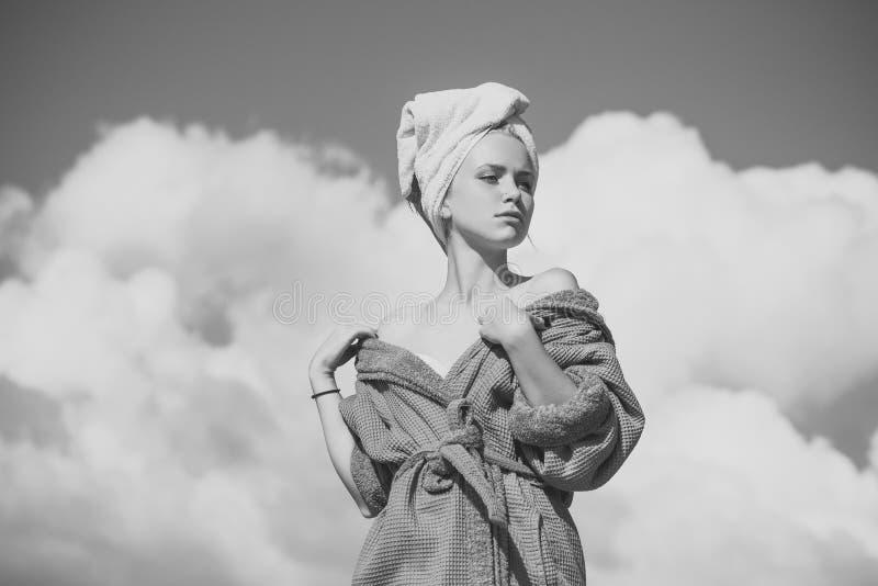 Θηλυκό πρόσωπο Ζητήματα που έχουν επιπτώσεις στα κορίτσια Πρότυπη ηλιοθεραπεία την ηλιόλουστη ημέρα στοκ φωτογραφία με δικαίωμα ελεύθερης χρήσης