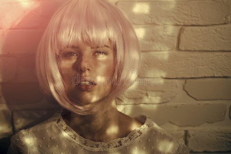 Θηλυκό πρόσωπο Ζητήματα που έχουν επιπτώσεις στα κορίτσια Τοποθέτηση κοριτσιών στη ρόδινη περούκα στοκ φωτογραφίες