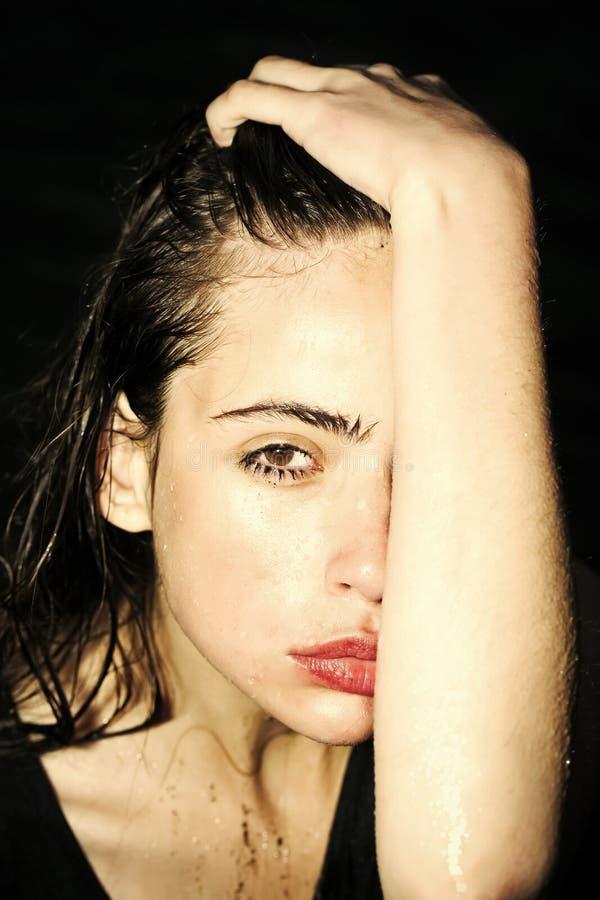 Θηλυκό πρόσωπο Ζητήματα που έχουν επιπτώσεις στα κορίτσια υγρά μάτια της γυναίκας στοκ εικόνα