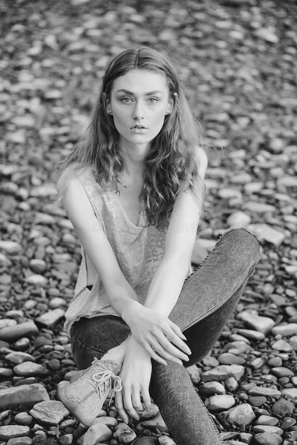 Θηλυκό πρόσωπο Ζητήματα που έχουν επιπτώσεις στα κορίτσια Όμορφο κορίτσι στην παραλία χαλικιών στοκ εικόνες με δικαίωμα ελεύθερης χρήσης