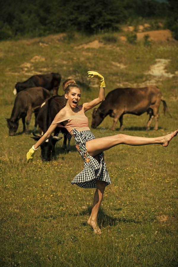 Θηλυκό πρόσωπο Ζητήματα που έχουν επιπτώσεις στα κορίτσια Farmer στα κίτρινα γάντια στις αγελάδες στοκ εικόνα