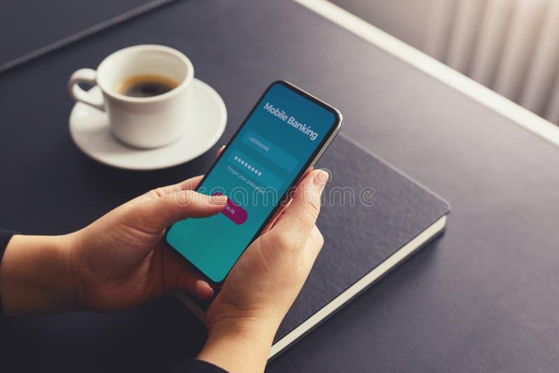 Θηλυκό σημάδι χεριών επάνω για τις τραπεζικές εργασίες με ένα κινητό τηλέφωνο στοκ φωτογραφία με δικαίωμα ελεύθερης χρήσης