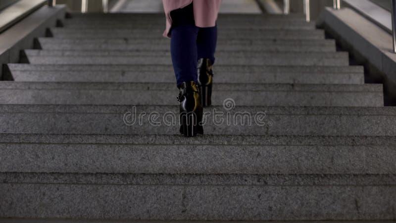 Θηλυκό στις μοντέρνες λαμπρές μπότες υψηλός-τακουνιών που πηγαίνουν επάνω, ποιότητα υποδημάτων στοκ εικόνες με δικαίωμα ελεύθερης χρήσης