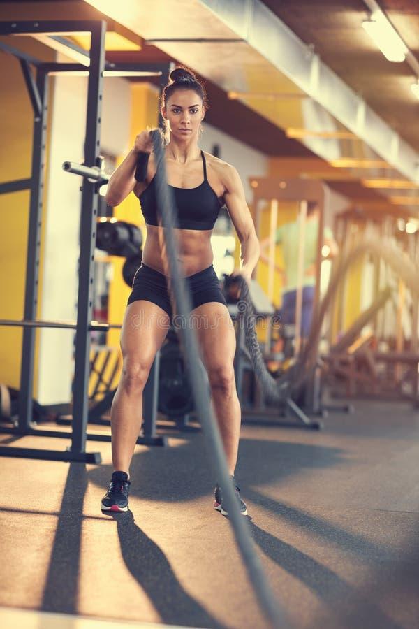 Θηλυκό σχοινί χρήσης bodybuilder για την κατάρτιση στο κέντρο ικανότητας στοκ εικόνες με δικαίωμα ελεύθερης χρήσης