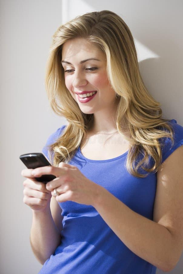Download θηλυκό τηλεφωνικό κυττάρ&o στοκ εικόνα. εικόνα από χαμόγελο - 13175223