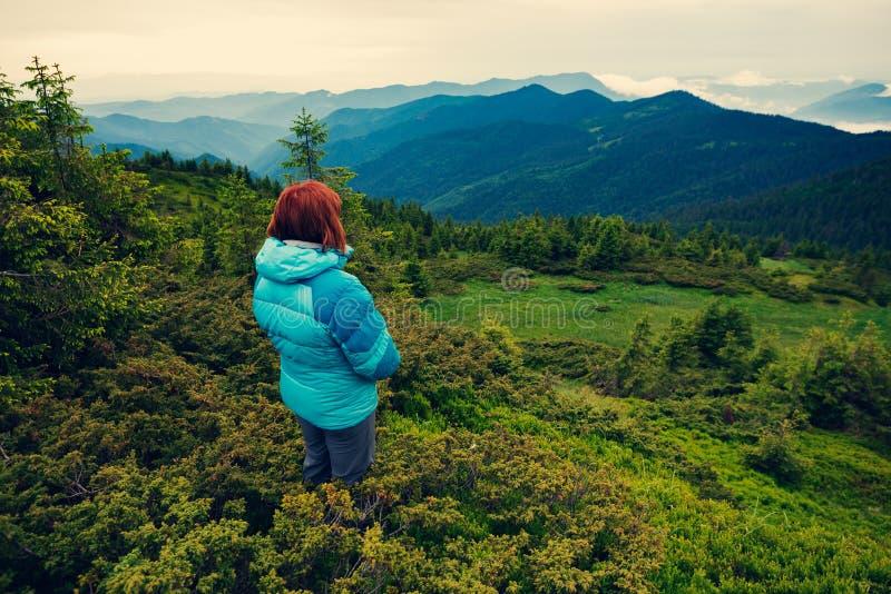 Θηλυκό τυχοδιωκτών στη βουνοπλαγιά στοκ εικόνες