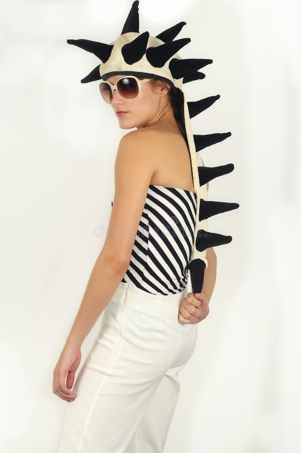 Θηλυκό φοβιτσιάρες μοντέλο με τα γυαλιά ηλίου στοκ εικόνα με δικαίωμα ελεύθερης χρήσης