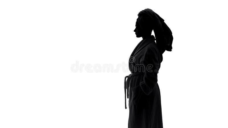 Θηλυκό φορώντας μπουρνούζι που ξεραίνει την τρίχα της με την πετσέτα μετά από το ντους πρωινού, ομορφιά στοκ εικόνα με δικαίωμα ελεύθερης χρήσης