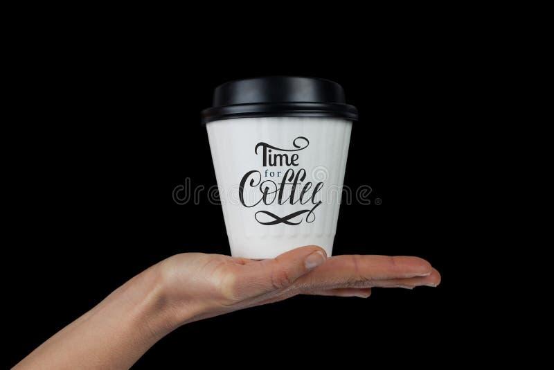 Θηλυκό χέρι με το άσπρο φλυτζάνι καφέ στην παλάμη στοκ φωτογραφία