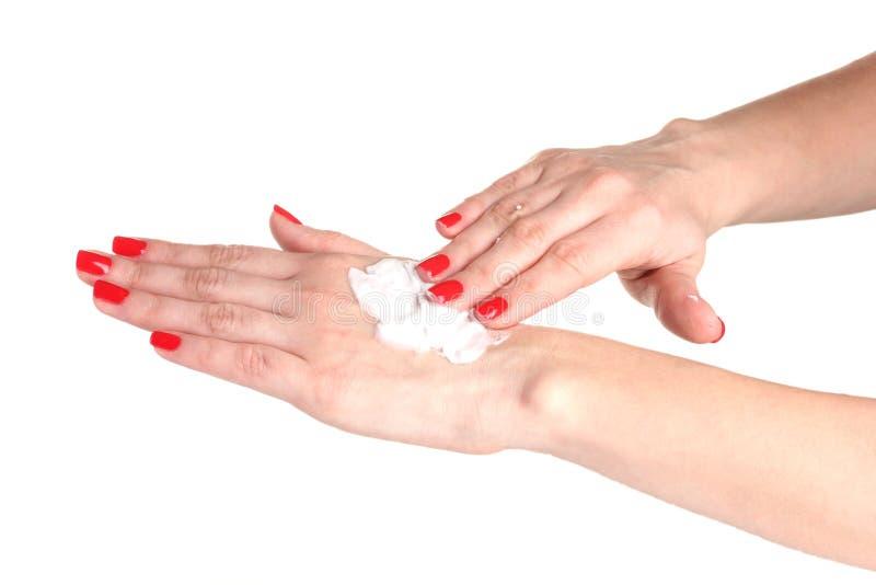 Θηλυκό χέρι με το μανικιούρ που εφαρμόζει την κρέμα σε ετοιμότητα στοκ φωτογραφία με δικαίωμα ελεύθερης χρήσης
