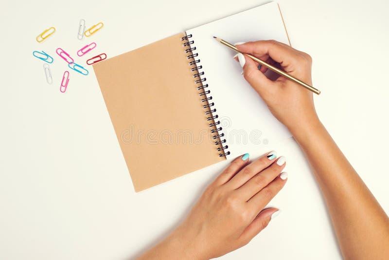 Θηλυκό χέρι με το μολύβι Άσπρο φύλλο του εγγράφου για το γραφείο σημειωματάριο Τοπ άποψη του γραφείου εργασίας Πρότυπο για το σχέ στοκ φωτογραφία με δικαίωμα ελεύθερης χρήσης