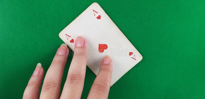 Θηλυκό χέρι σε έναν άσσο των καρδιών στοκ εικόνα με δικαίωμα ελεύθερης χρήσης