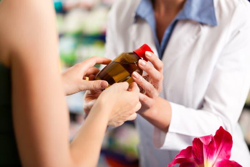θηλυκό χρηστών το φαρμακείο φαρμακοποιών της στοκ εικόνα