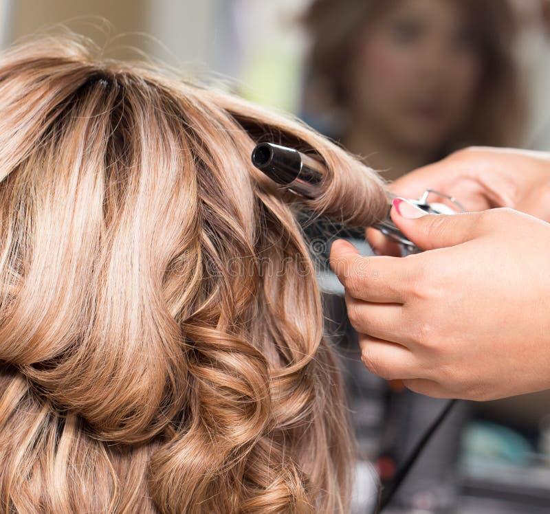 Θηλυκό Hairstyles στο κατσάρωμα σε ένα σαλόνι ομορφιάς στοκ φωτογραφίες με δικαίωμα ελεύθερης χρήσης