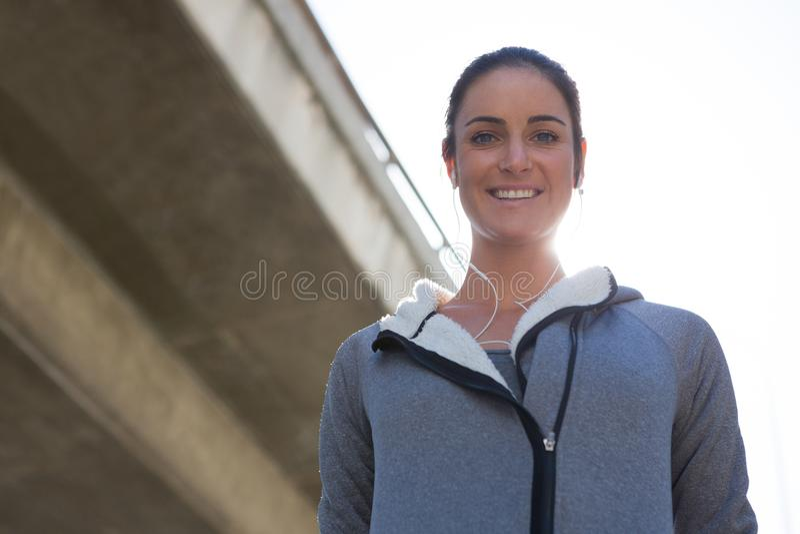 Θηλυκό jogger που χαμογελά στη κάμερα στοκ φωτογραφίες με δικαίωμα ελεύθερης χρήσης