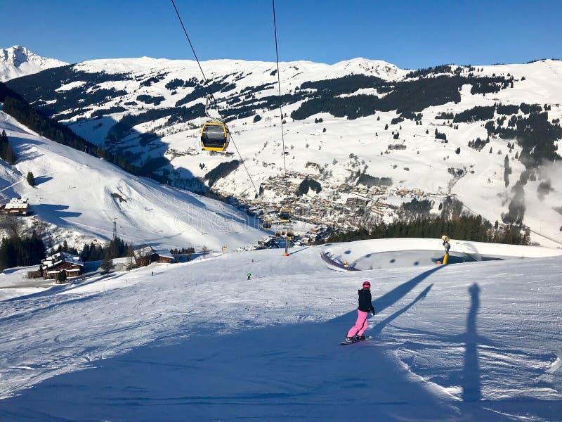 Θηλυκό snowboarder στο piste στοκ φωτογραφίες
