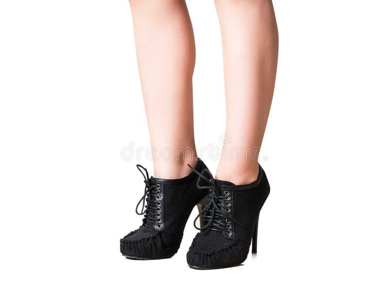 Θηλυκά πόδια με τα παπούτσια στοκ εικόνες