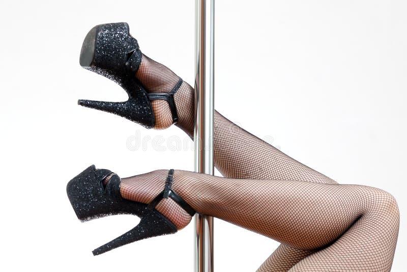 Θηλυκά πόδια και ένας πόλος στοκ φωτογραφία με δικαίωμα ελεύθερης χρήσης
