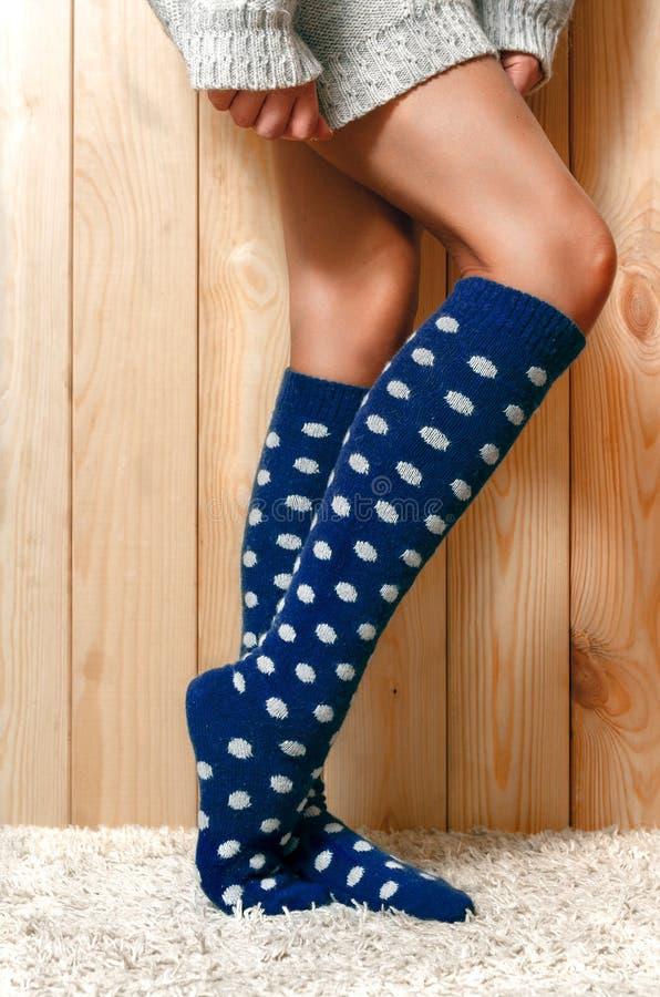 Θηλυκά πόδια στις κάλτσες στοκ φωτογραφίες με δικαίωμα ελεύθερης χρήσης