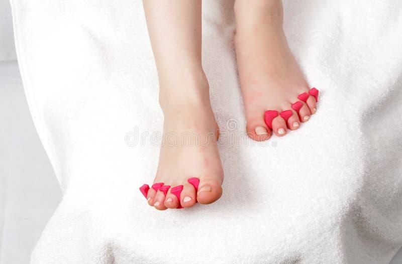 Θηλυκά πόδια στο σαλόνι στοκ φωτογραφία με δικαίωμα ελεύθερης χρήσης