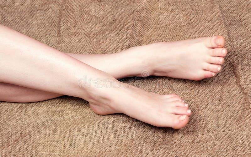 Θηλυκά πόδια στο σαλόνι στοκ εικόνες