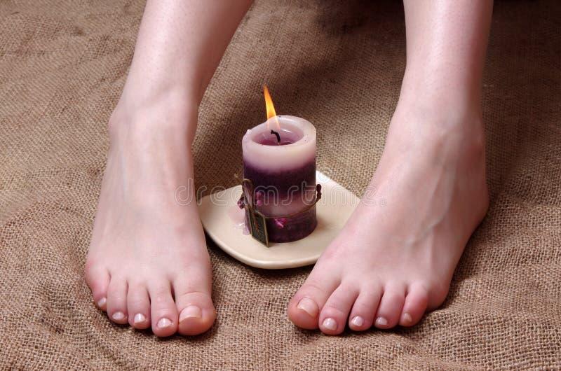 Θηλυκά πόδια στο σαλόνι στοκ εικόνα με δικαίωμα ελεύθερης χρήσης