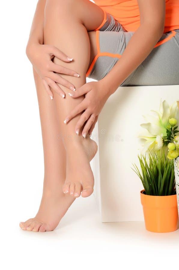 Θηλυκά χέρια και πόδια με το μανικιούρ και ένα pedicure στοκ φωτογραφία