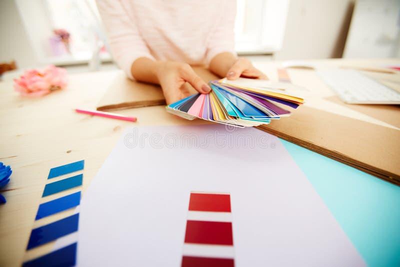 Θηλυκά χέρια με την παλέτα χρώματος στοκ φωτογραφία