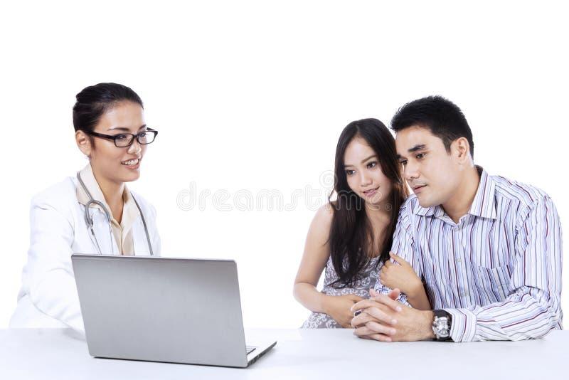 Θηλυκά obstetricians που εξηγούν το αποτέλεσμα 1 ελέγχου επάνω στοκ φωτογραφίες με δικαίωμα ελεύθερης χρήσης