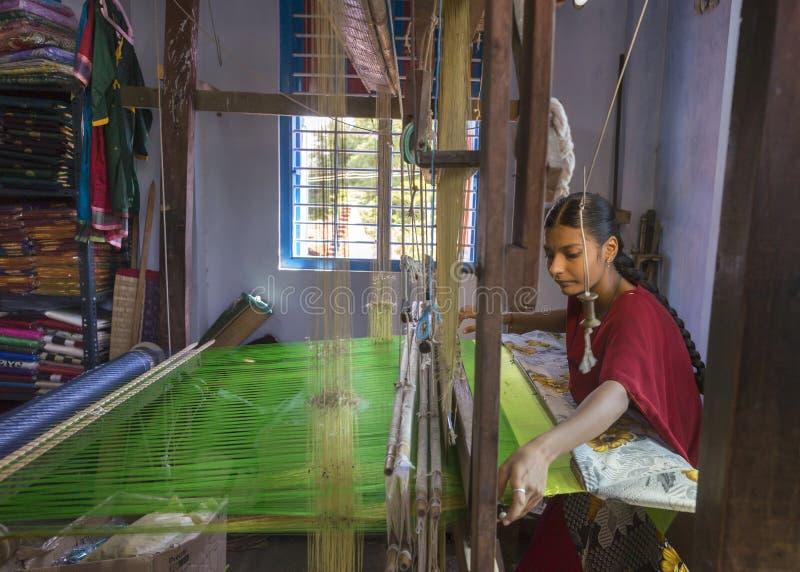 Θηλυκά saris μεταξιού ύφανσης σε έναν αργαλειό χεριών στοκ φωτογραφίες