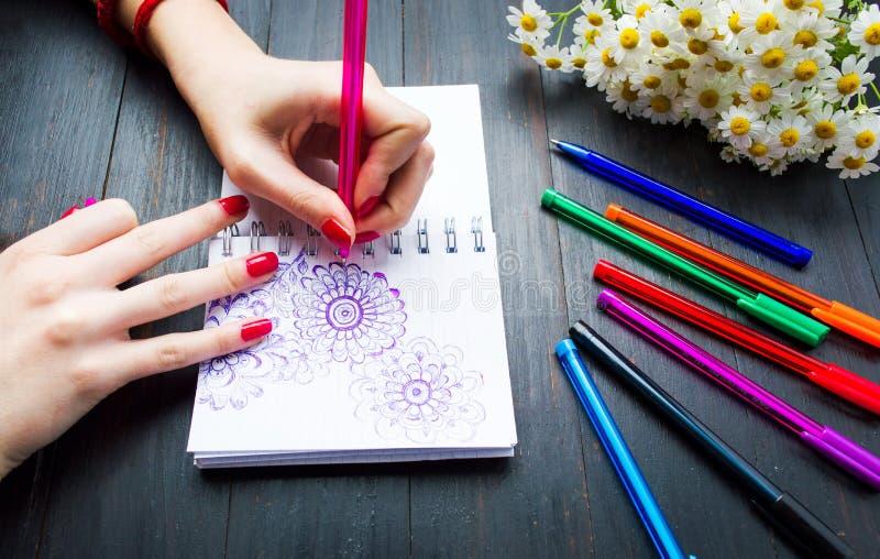 Θηλυκές μορφές λουλουδιών σχεδίων στο σημειωματάριο στοκ φωτογραφίες με δικαίωμα ελεύθερης χρήσης