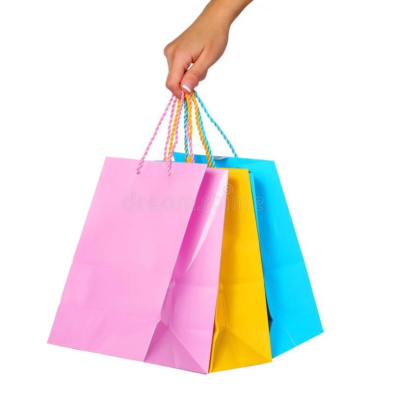 Θηλυκές χεριών τσάντες αγορών εκμετάλλευσης ζωηρόχρωμες που απομονώνονται στοκ φωτογραφία με δικαίωμα ελεύθερης χρήσης