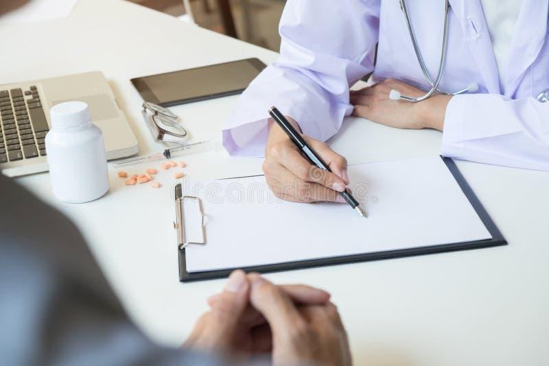 Θηλυκή ασημένια μάνδρα λαβής χεριών γιατρών που γεμίζει τον υπομονετικό κατάλογο ιστορίας στοκ φωτογραφίες με δικαίωμα ελεύθερης χρήσης
