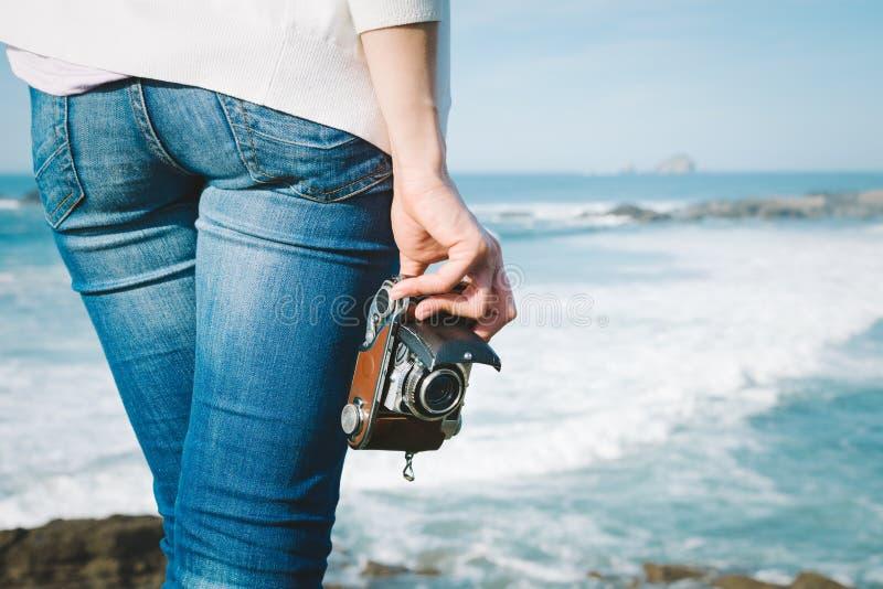 Θηλυκή εκλεκτής ποιότητας κάμερα εκμετάλλευσης φωτογράφων στο ταξίδι στοκ εικόνες με δικαίωμα ελεύθερης χρήσης