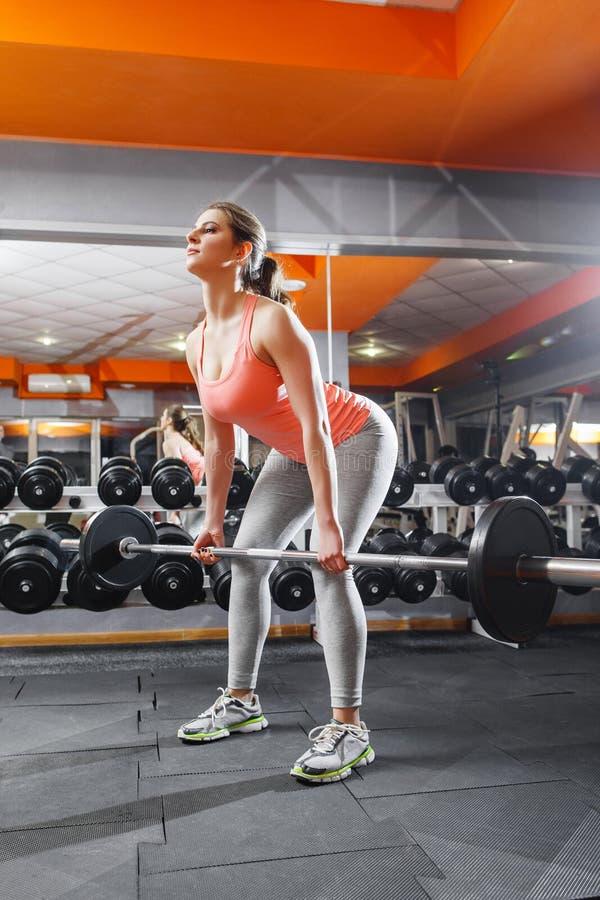 Θηλυκή εντατική κατάρτιση αθλητών με το barbell στοκ εικόνα