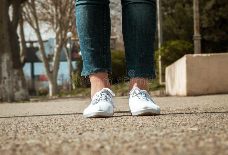Θηλυκή κινηματογράφηση σε πρώτο πλάνο ποδιών με τα περιστασιακά παπούτσια στοκ φωτογραφία με δικαίωμα ελεύθερης χρήσης