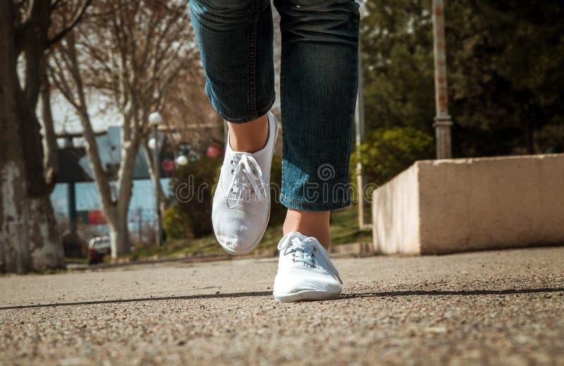 Θηλυκή κινηματογράφηση σε πρώτο πλάνο ποδιών με τα περιστασιακά παπούτσια στοκ εικόνες με δικαίωμα ελεύθερης χρήσης