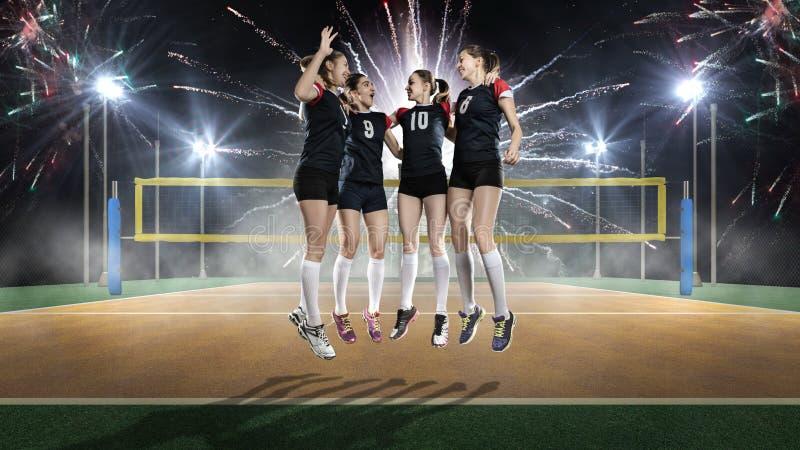 Θηλυκή νίκη εορτασμού ομάδων πετοσφαίρισης στοκ εικόνα