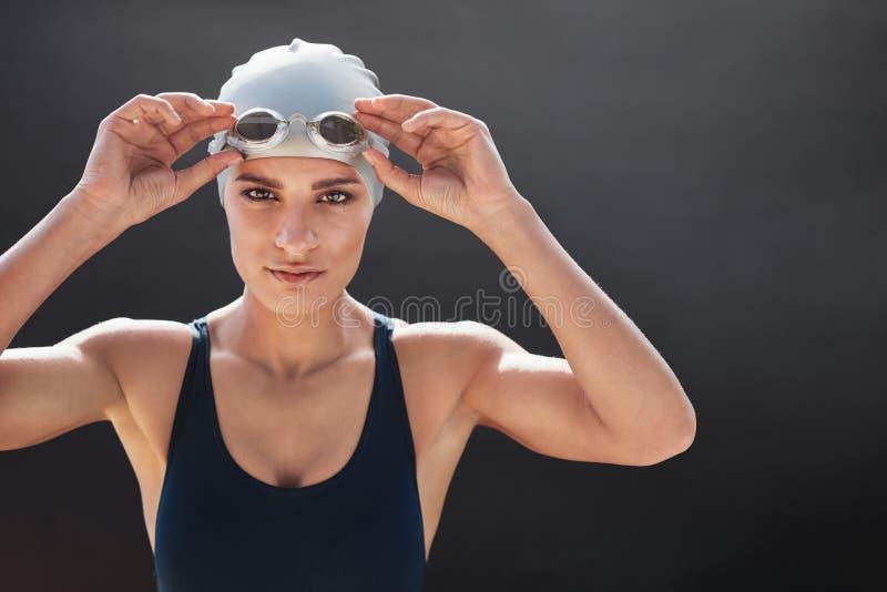 Θηλυκή τοποθέτηση κολυμβητών στο μαύρο υπόβαθρο στοκ φωτογραφίες με δικαίωμα ελεύθερης χρήσης