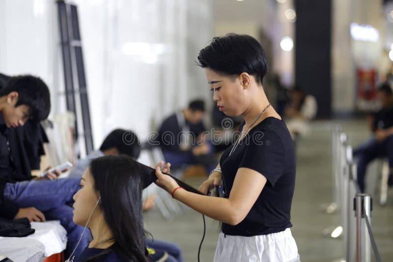 Θηλυκή τρίχα κομμωτών perm στοκ φωτογραφίες με δικαίωμα ελεύθερης χρήσης