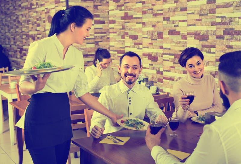Θηλυκή φέρνοντας διαταγή σερβιτόρων στους επισκέπτες στο εστιατόριο χωρών στοκ εικόνες