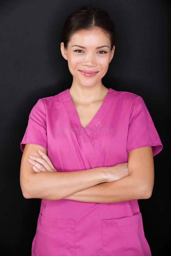 Θηλυκοί ευτυχής βέβαιος πορτρέτου νοσοκόμων και ρόδινος στοκ φωτογραφία με δικαίωμα ελεύθερης χρήσης