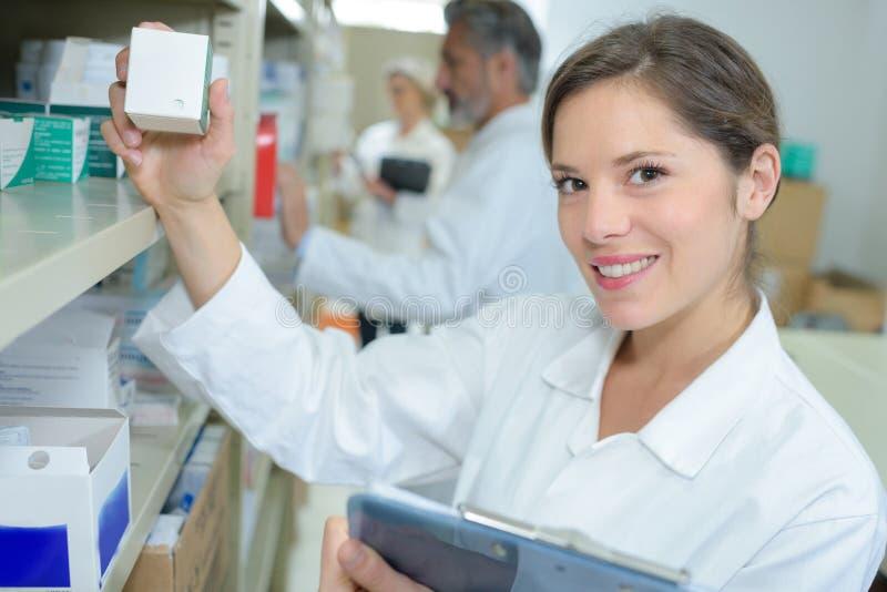 Θηλυκοί φαρμακοποιοί πορτρέτου που εργάζονται στο σύγχρονο farmacy στοκ φωτογραφία με δικαίωμα ελεύθερης χρήσης